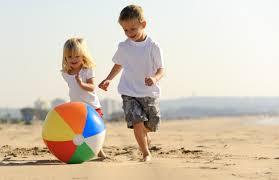 femijet-ne-plazh-nena-dhe-femija